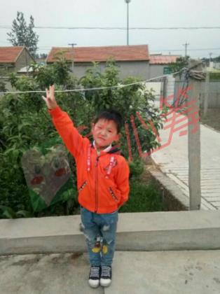 出生于低保家庭的6岁肺积水男孩